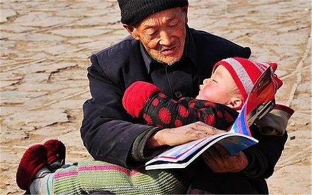 60岁老人帮带娃还被嫌弃,含泪倾诉:老了才懂生男生