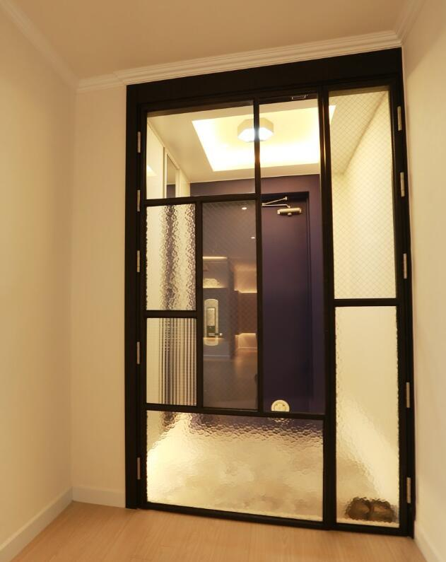 开门见厅尴尬却不做隔断,直接过道装扇门,果然还是闺蜜招多!