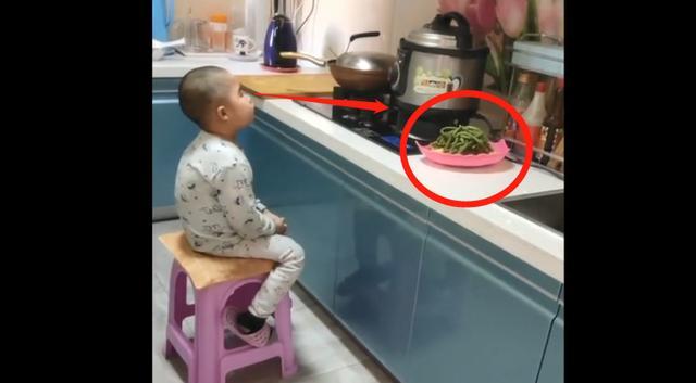 早起找不到儿子,却在厨房看到这画面,妈妈凑近一