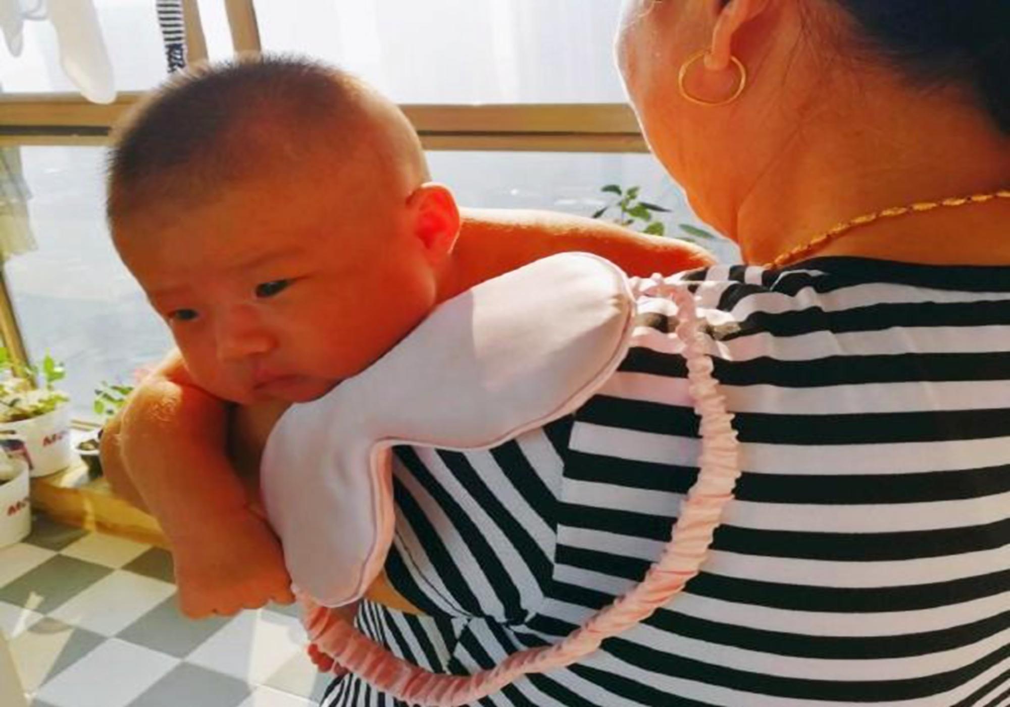 为啥新生儿总是动着睡,坐下醒,放下哭?需求背后的原因超暖心