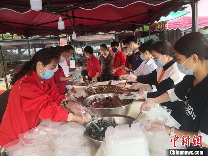 旅游-三亚各界免费为医学观察期游客供给大量海鲜菜肴