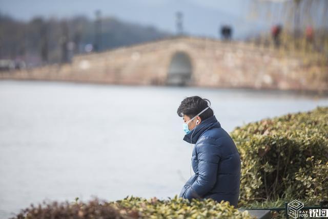 原创            杭州终放晴 西湖景区游客稀少 断桥上只有一丝人气