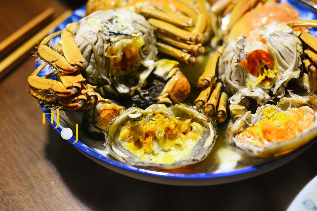 晚餐加餐,4个大闸蟹56元,再加两荤两素,特殊时期真够丰盛
