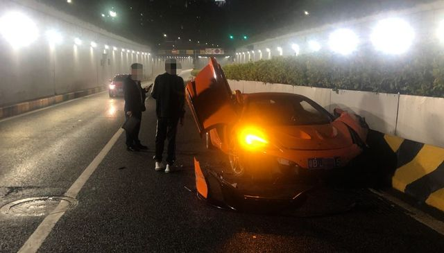 雨天路滑!迈凯伦跑车撞上隔离带,珠海交警:车损将达上百万