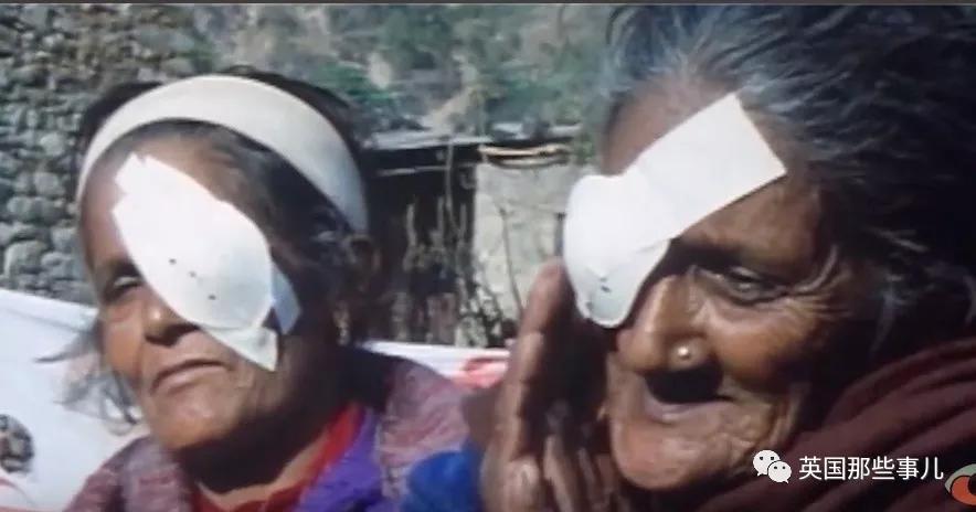 妹妹去世让他下定决心当医生。多年后,他拯救了世上最多的失明患者