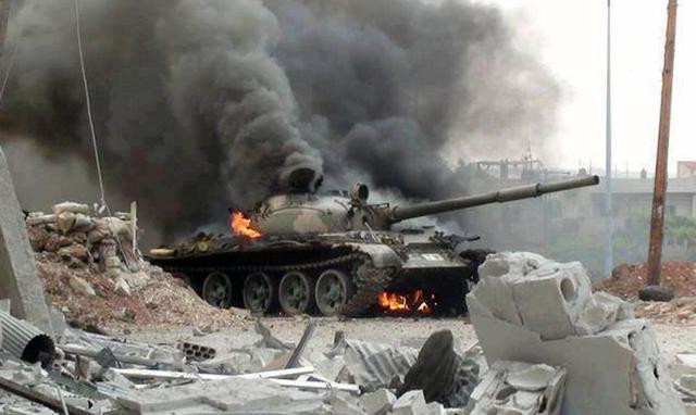 冒着土军的炮火前进 俄叙联军解放28个村镇 居民手持国旗热烈欢迎