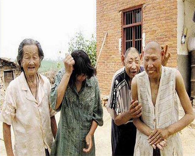 """湖北母亲照顾3个""""猴娃"""",50年不出门!说:我走了,他们咋办?"""