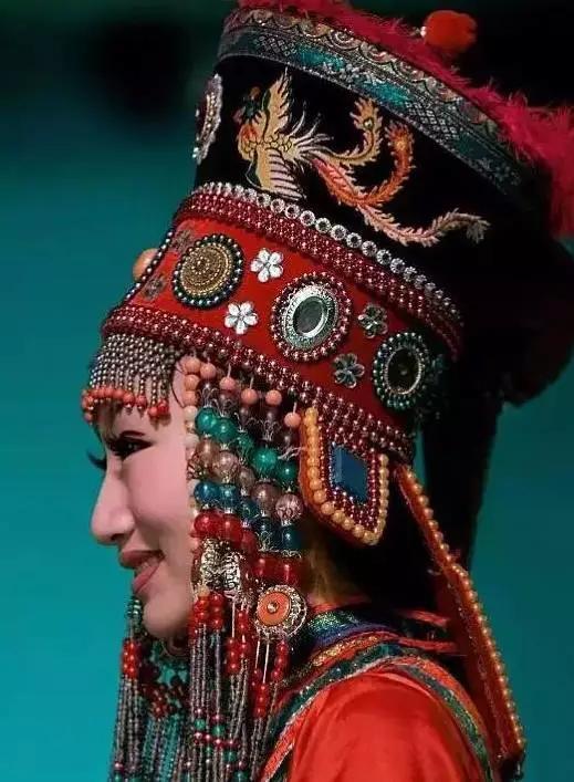 蒙古女性豪华的头饰