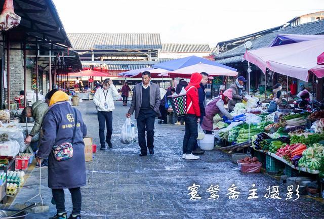 丽江忠义市场的早菜市走走,街边的莲藕又细又长还里外都是黑泥