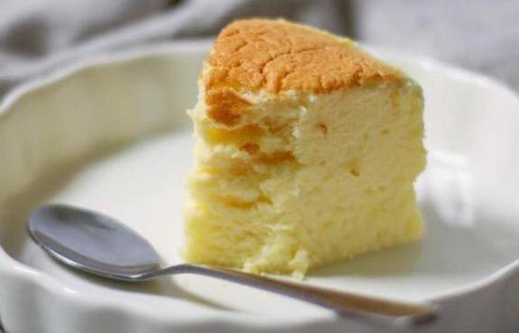 软软的酸奶蛋糕,和酥脆软糯的红薯饼,营养又美味,可口的很