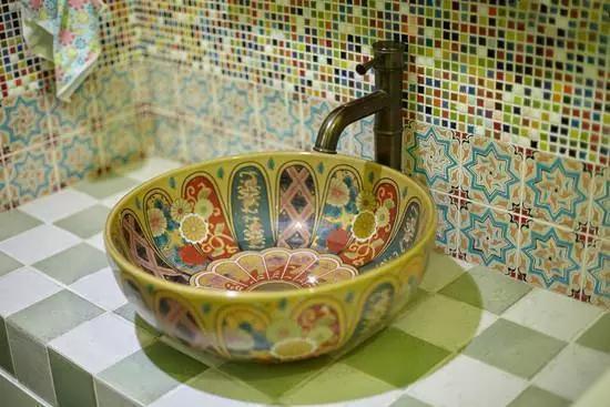 [装修设计头条]老公为省钱在卫生间砖砌了一个洗手台,真的很实用