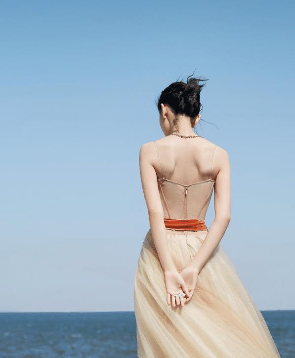 周冬雨胆子不是一般大,平胸竟穿透肉裙!