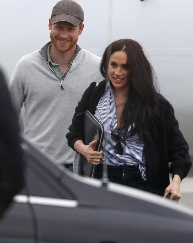 原创 哈里梅根夫妇乘坐客机从美国返回加拿大,二人休闲装穿搭心情大好