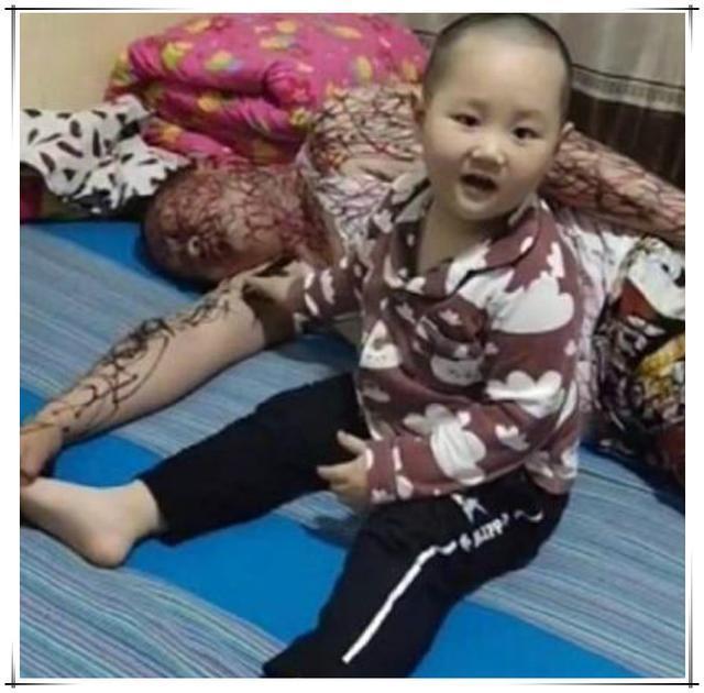 原创2岁孩子趁爸爸醉倒,竟在爸爸身上涂鸦,网友:三天没挨打了