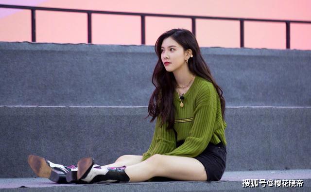 """[樱花晓帝]宋妍霏私服照大秀""""漫画腿"""",穿粉色吊带配刺绣针织衫,甜美吸睛"""