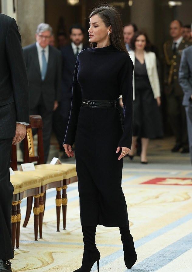 「时尚丽人风行」原创西班牙王后气质让人心动!穿一身黑色身姿婀娜,完美下颌线好羡慕
