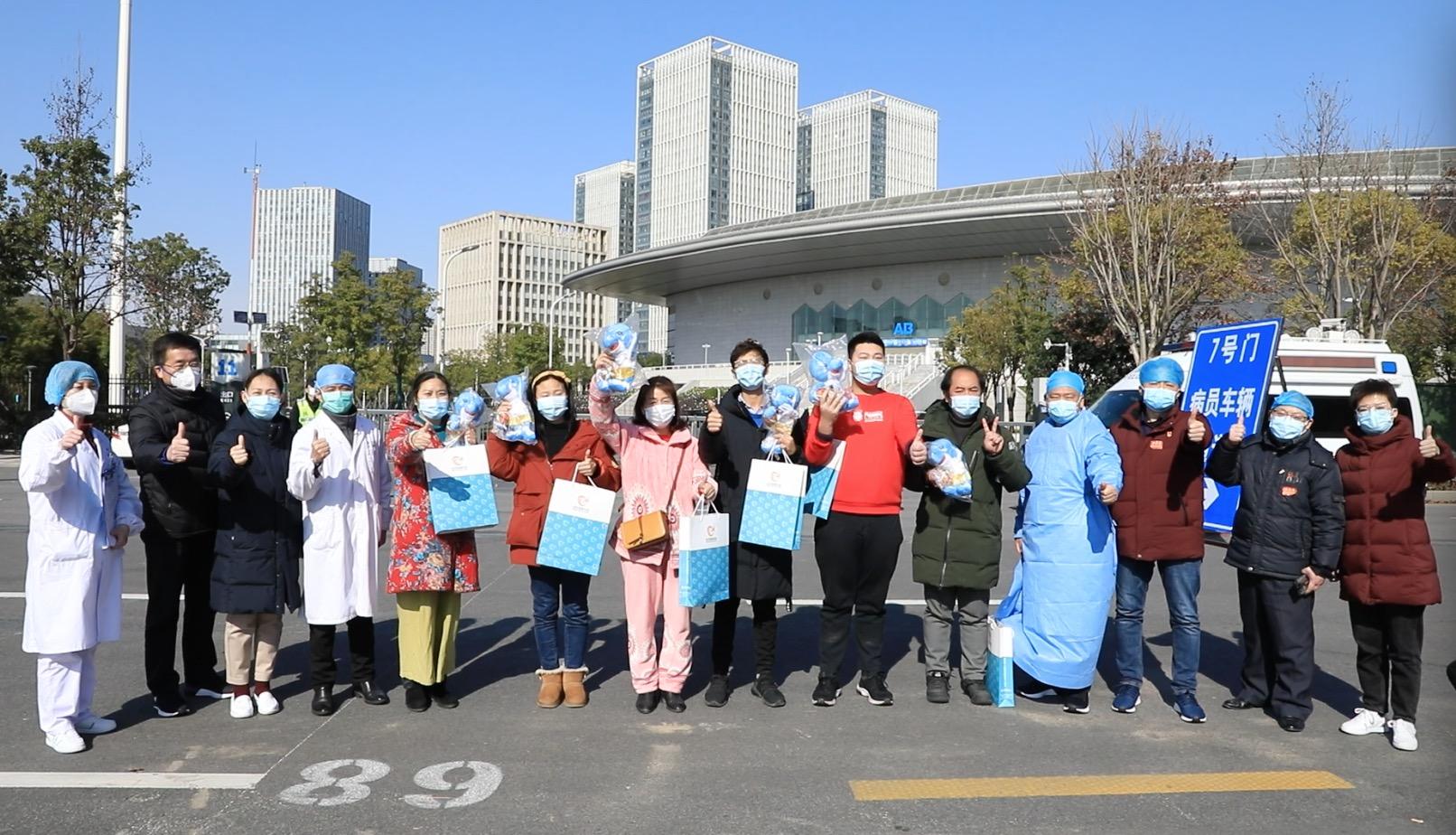 武汉开发区体育中心方舱医院第一批8名治愈患者出院
