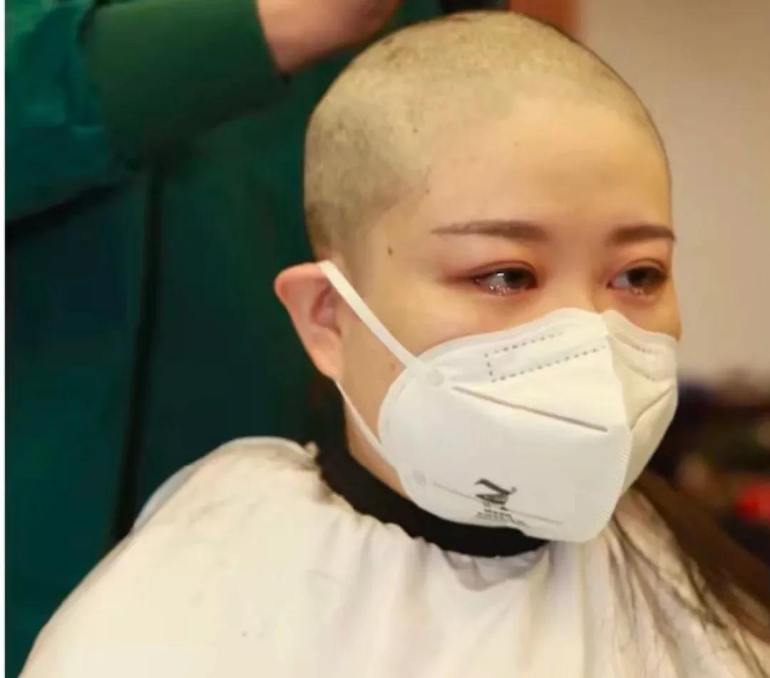 被迫剃光头,被忽视生理需求,何时能停止对女性的绑架式宣传?