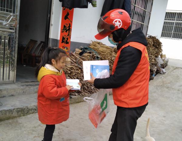 湖北省秭归县屈原镇长江村为外地返乡学生代购作业本送上门
