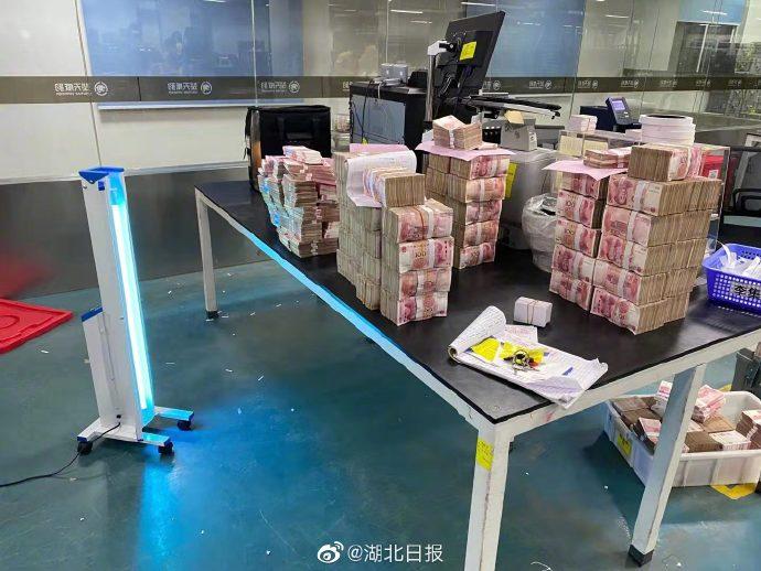 在武汉,银行现金如何消毒?紫光灯车臭氧消毒柜齐上阵