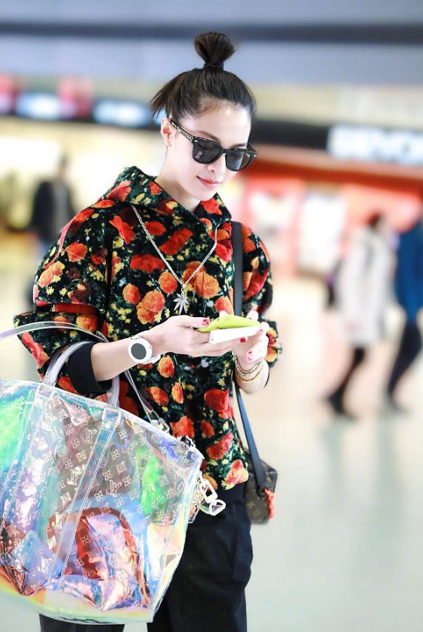钟楚曦真是够节俭的,塑料袋当包包用,另一个包却是大牌?