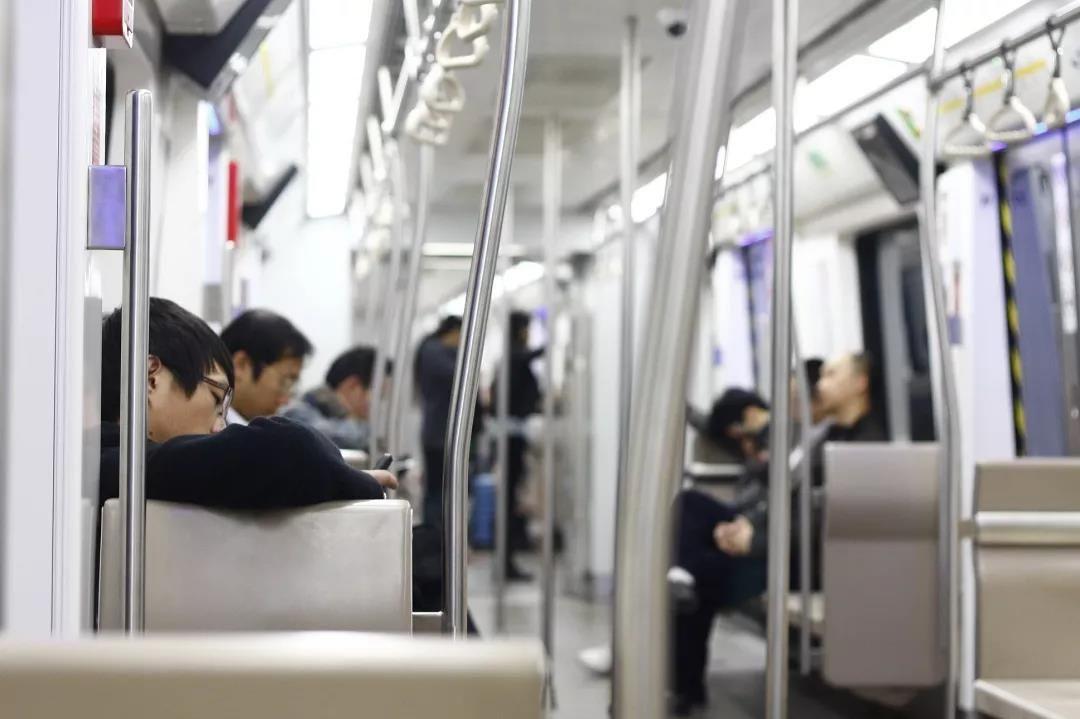 2013年11月3日,北京地铁。对于当代年轻人来说,加班晚回家已成常态,增加猝死风险