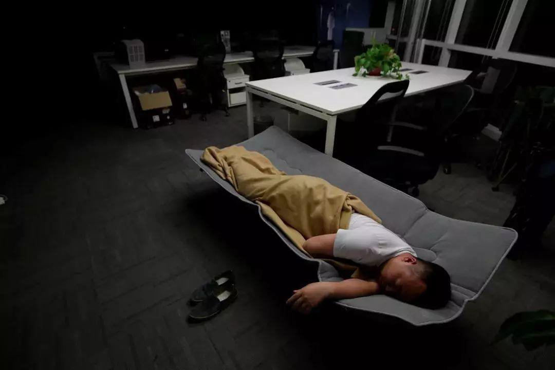 2016年4月27日,北京,凌晨时分结束工作员工在办公室行军床上睡觉