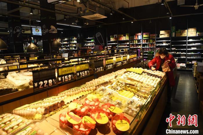 重庆社区超市生活物资充足民众戴口罩出行选购