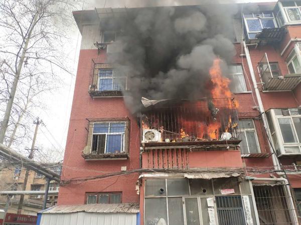 河南洛阳:居民家中突起火,95后执勤女干警火场救人