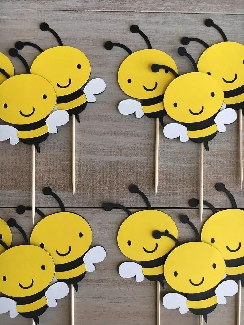 小蜜蜂喜欢飞在花丛中,家里的盆栽可以让她们守护哦图片