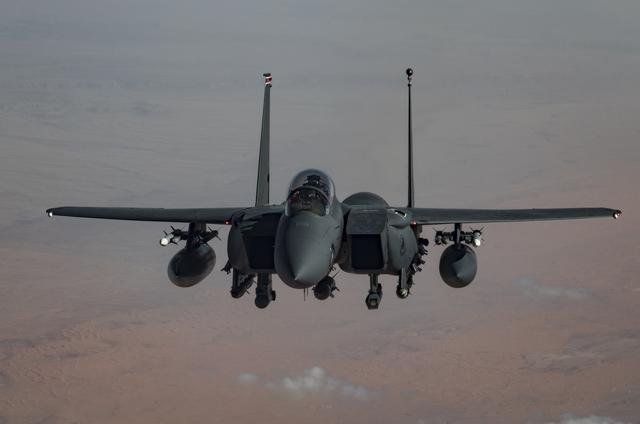 武装分子突袭两座军事基地,数十人死伤!美国急派战机轰炸反击