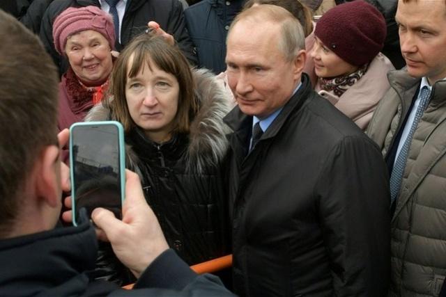 普京遭俄女子当众质问:你每个月1188元能生活吗?