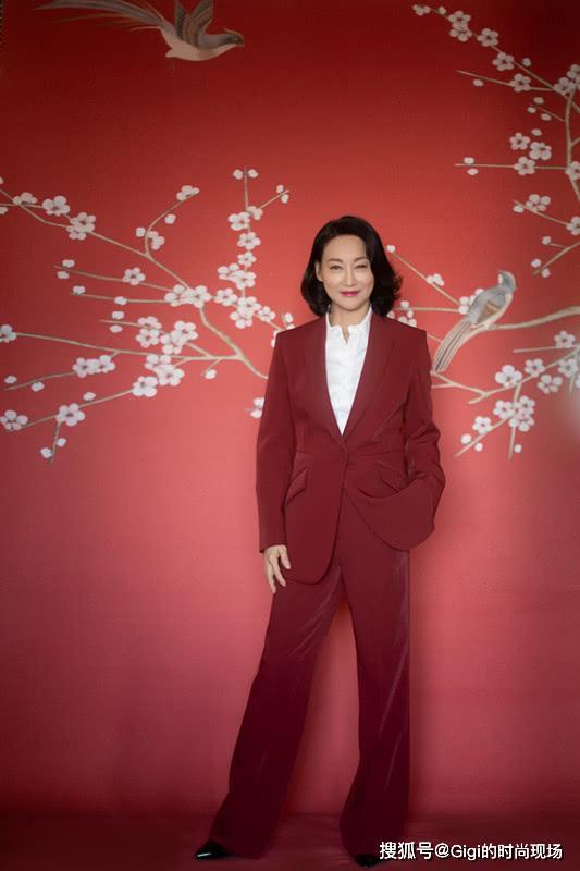 60岁的惠英红登上时尚杂志,大耳坠配上大红唇,状态好得很
