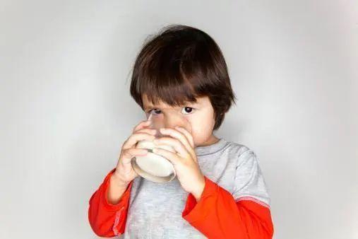 警惕,孩子睡前千万不要吃这几种食物,影响智力还
