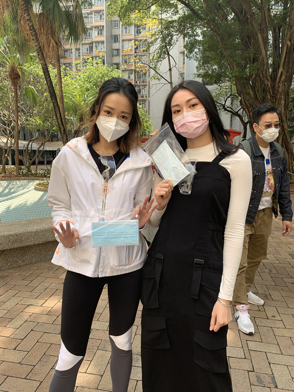 香港明星海俊杰领导年轻艺人到社区派发口罩做公益