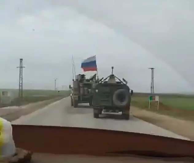 """""""路怒症""""犯了,美俄装甲车公路上高速别车,路人险些遭殃"""