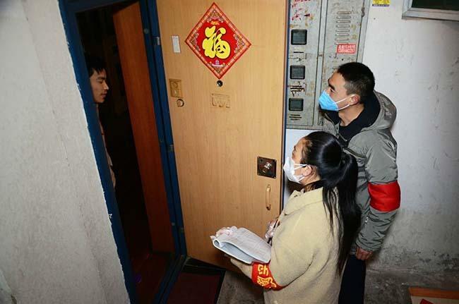 """安庆""""单元长""""的一天:背10公斤消毒水 走298级台阶"""