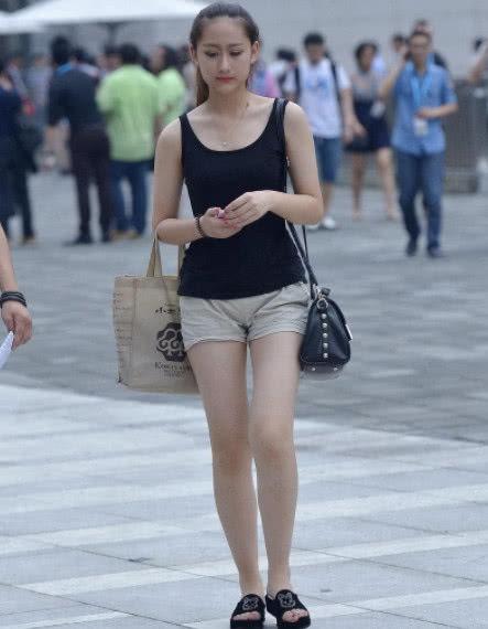 街拍:美丽的小姐姐,展现苗条的身材,魅力十足