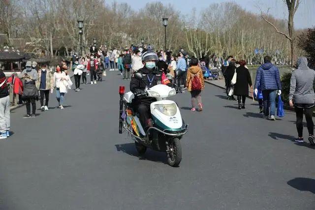 2000多人涌入杭州植物园!今天西湖边、湖滨商圈是这般景象,蛮多