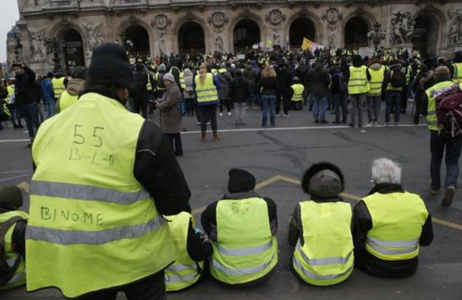 法国黄色背心抗议发起者,与总统马克龙的安全小组发生口角,当即被带走_法国新闻_首页 - 法国中文网