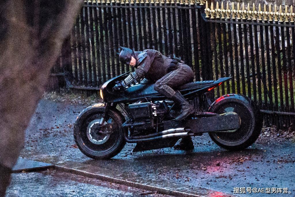 新《蝙蝠侠》片场照曝光,新战衣,摩托车是靓点