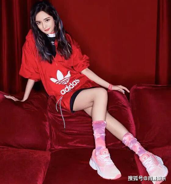 杨幂少女感十足,娱乐圈非常受欢迎,红遍大江南北