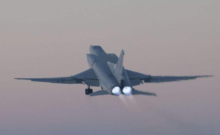无视美军请求,俄军危险举动,轰炸机开火危及美舰