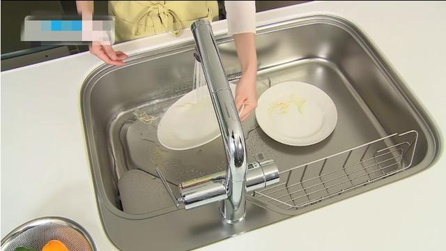 日本人真是太注重细节了,厨房水槽做成滑轨的,清洁方便又节水!