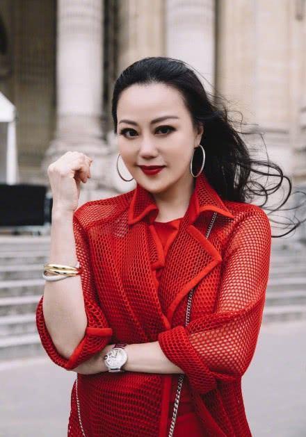 钟镇涛前妻章小蕙巴黎看秀,56岁状态极佳与张嘉倪同框毫不逊色