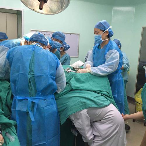 32岁宝妈为生男孩,10年内拼4胎,医生剖开看到她子宫