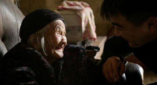 98岁老母为70岁女儿送馍迷路,4公里艰难行走3小时:害怕她没吃的