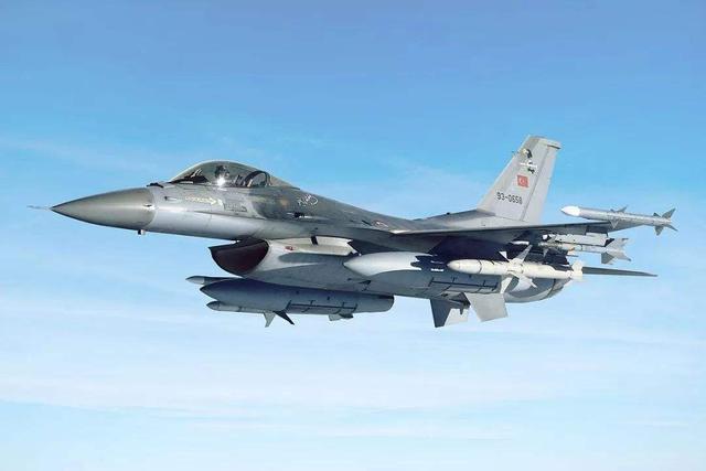 俄罗斯飞行员又创造奇迹,空中较量两分钟,土耳其战机落荒而逃