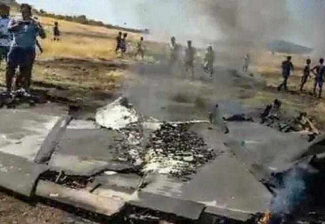 上午10点半左右,一架舰载机在训练时坠毁,飞行员成功逃生