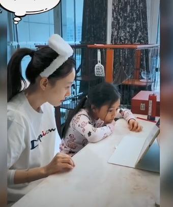 甜馨在家学网课疲惫总揉眼睛,李小璐全程陪着,还给女儿做讲解